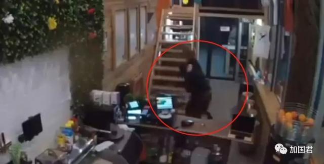 多伦多的小偷进了餐馆去抢钱但是老板夹着脖子把钱扔了出去