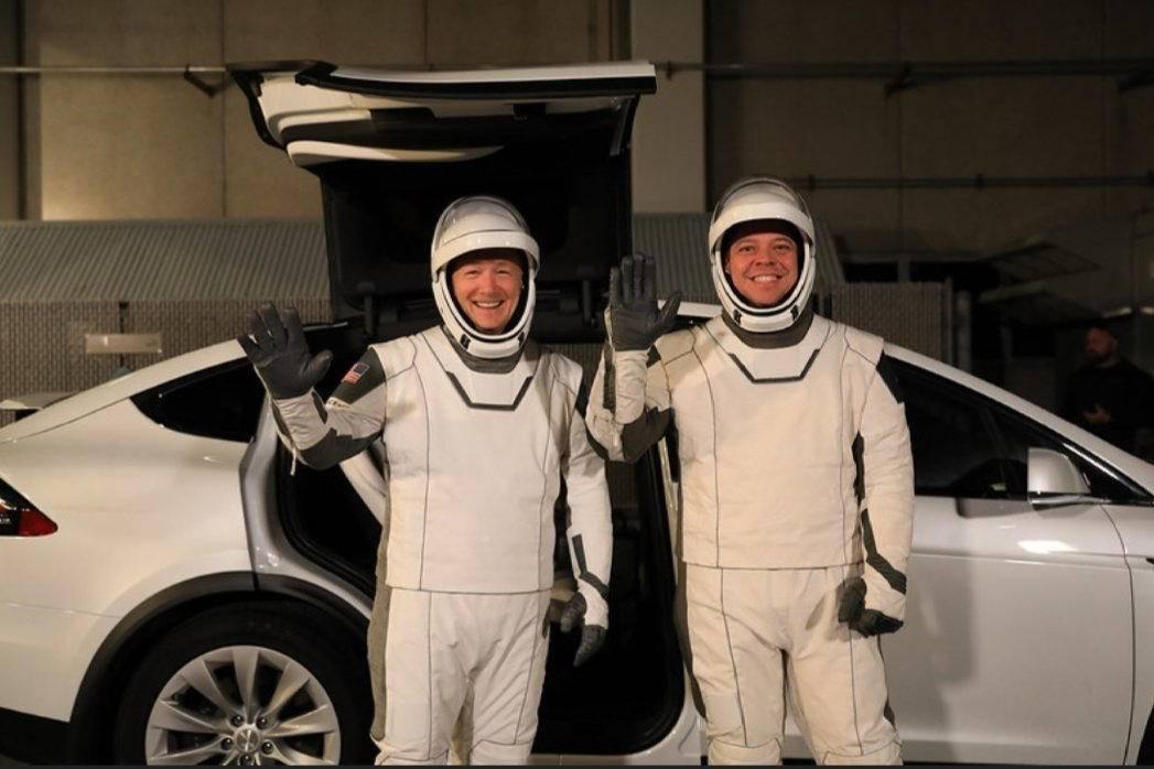 特斯拉X型车成为美国宇航局将宇航员运送到发射台的官方交通工具