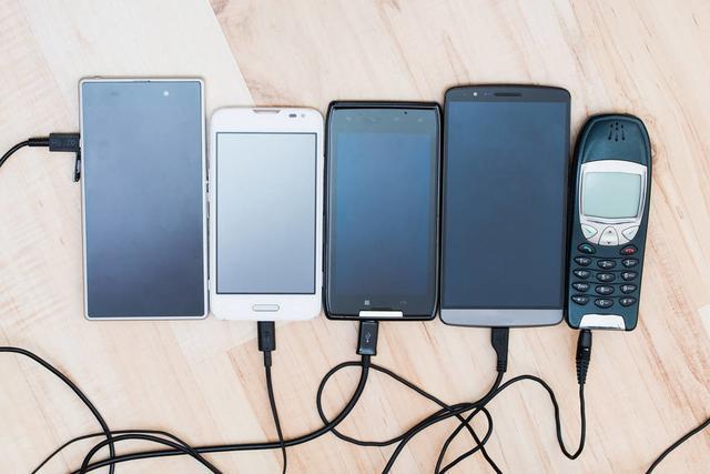 手机已经被广泛使用,并正在成为快速消费品