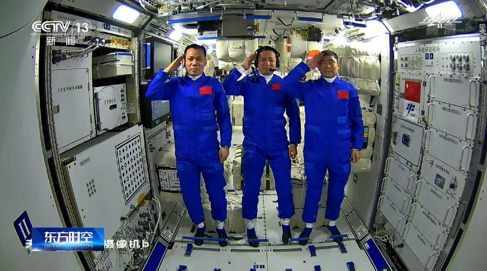 """数亿人围观太空""""吃播"""",惊现多款国货产品,华为、小米抢镜!"""